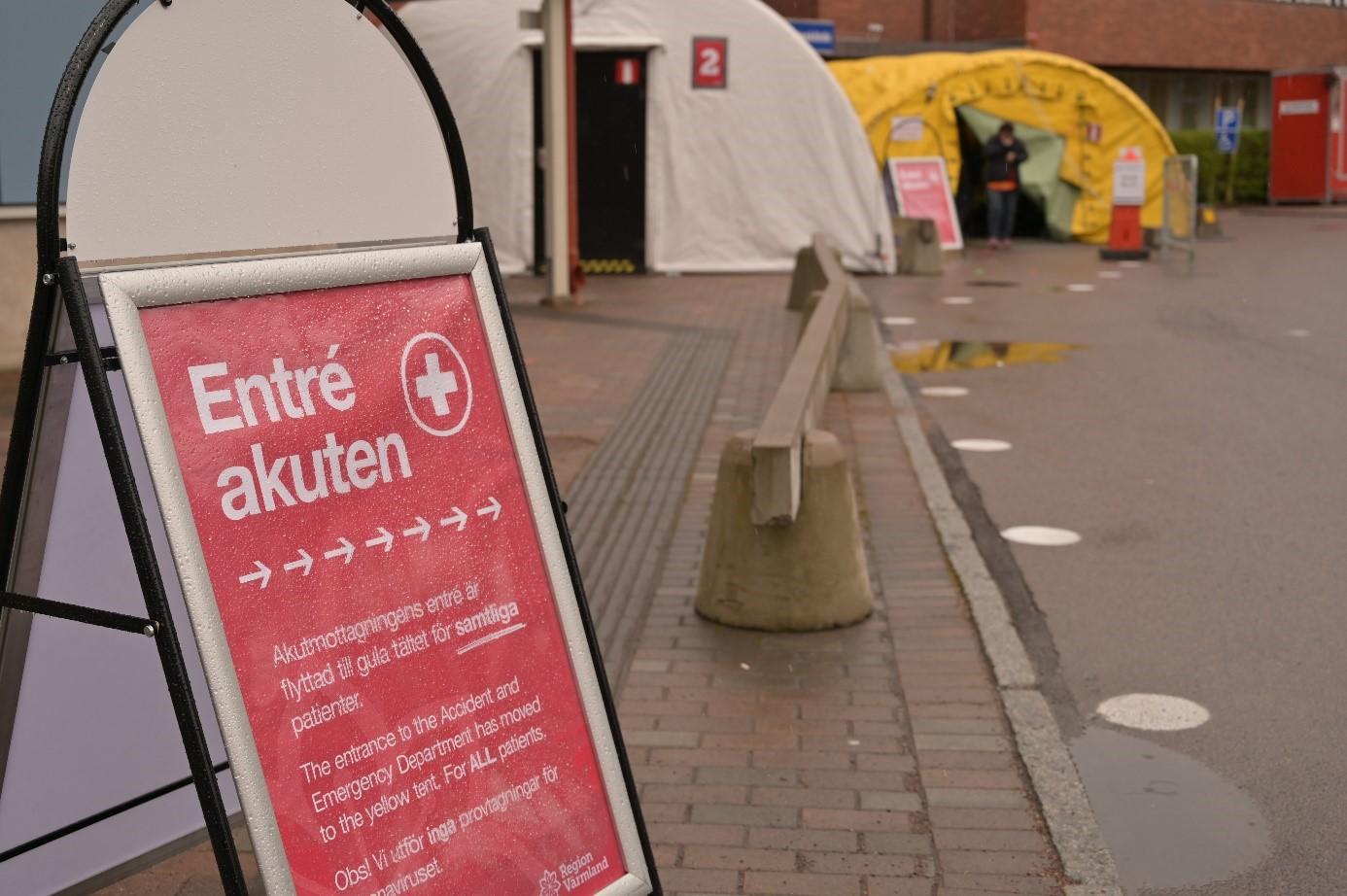 MSB:s tält, till vänster, används här som väntrum för patienter med luftvägssymtom som väntar på att få komma in på särskild plats på akutmottagningen i Karlstad. Tältet till höger kommer från Räddningstjänsten i Hagfors och används för triagering.