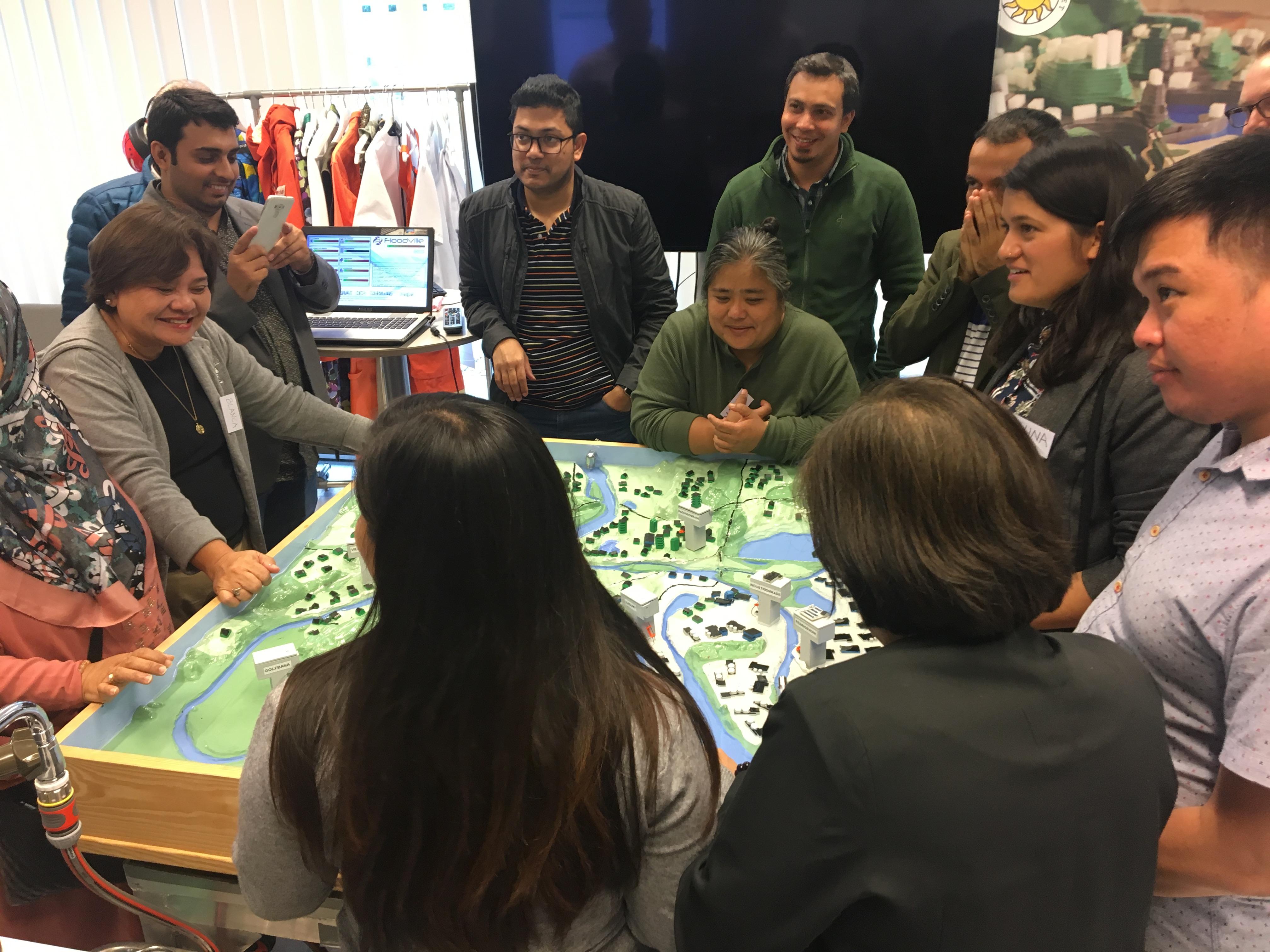Bild från övning med ITP: Vattnet kommer! ITP-deltagarna samarbetar för att säkra samhällsviktig infrastruktur vid en simulerad översvämning i Floodville på Karlstads universitet.